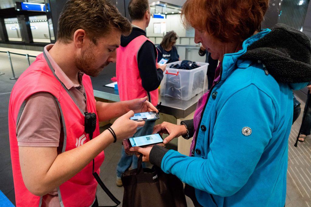 Testreizigers laten hun QR-code zien