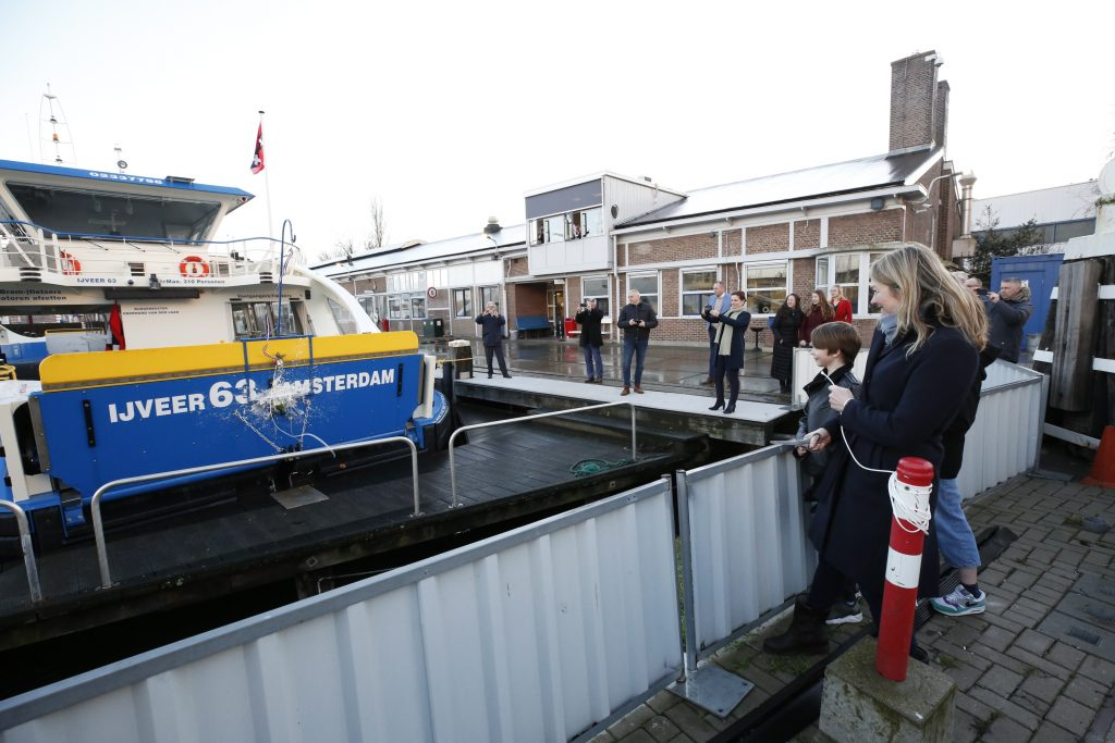 Femke van der Laan doopt IJveer 63