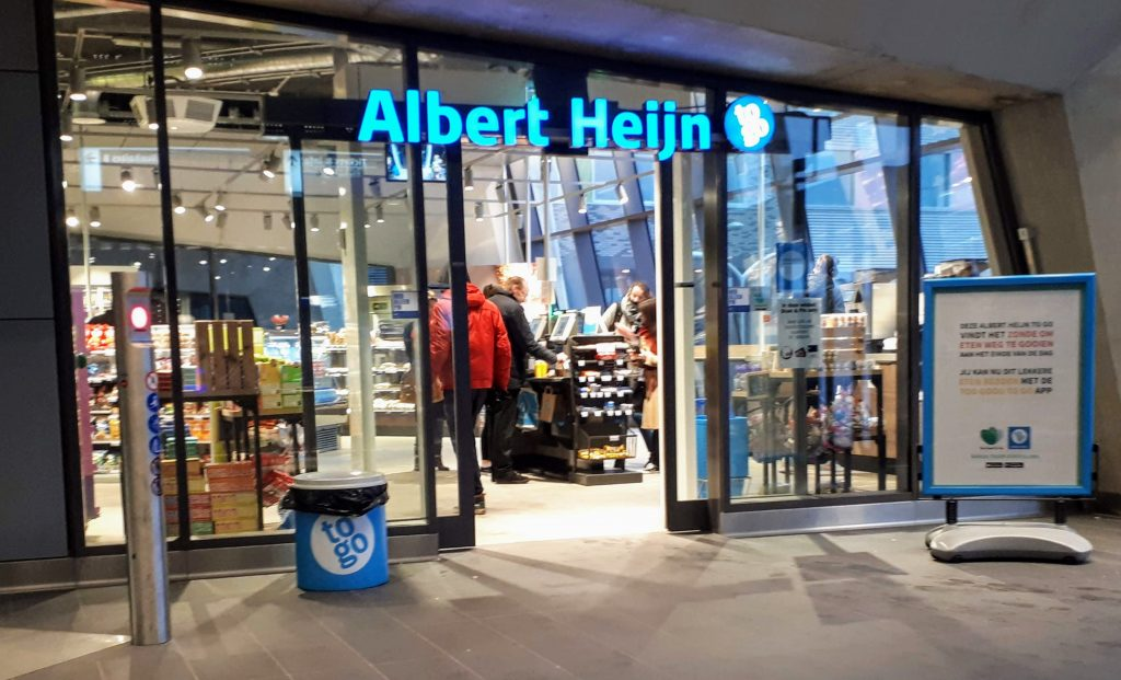 De open en goed verlichte winkel van AH to Go.