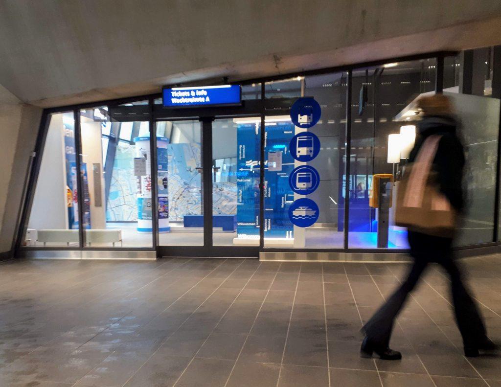 Een reiziger loopt voorbij aan de Tickets & Info balie op station Noord.