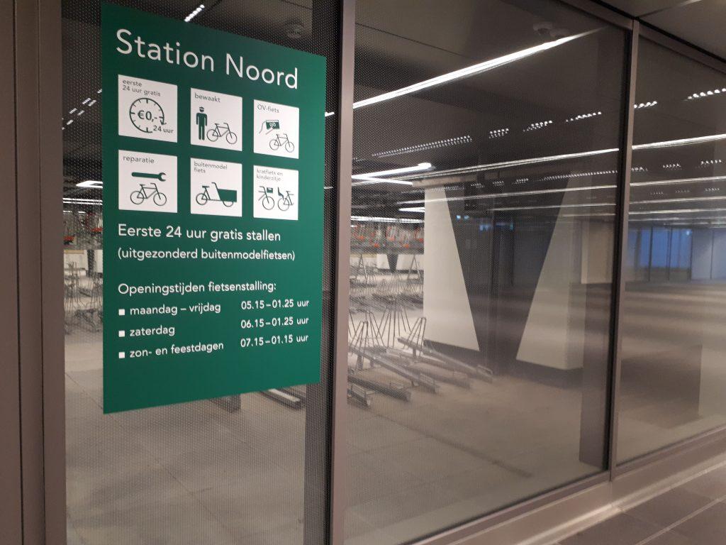 Een bord met de regels van de fietsenstalling op Station Noord.