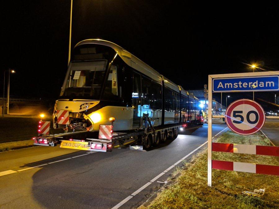 transport eerste 15G tram arriveert in Amsterdam