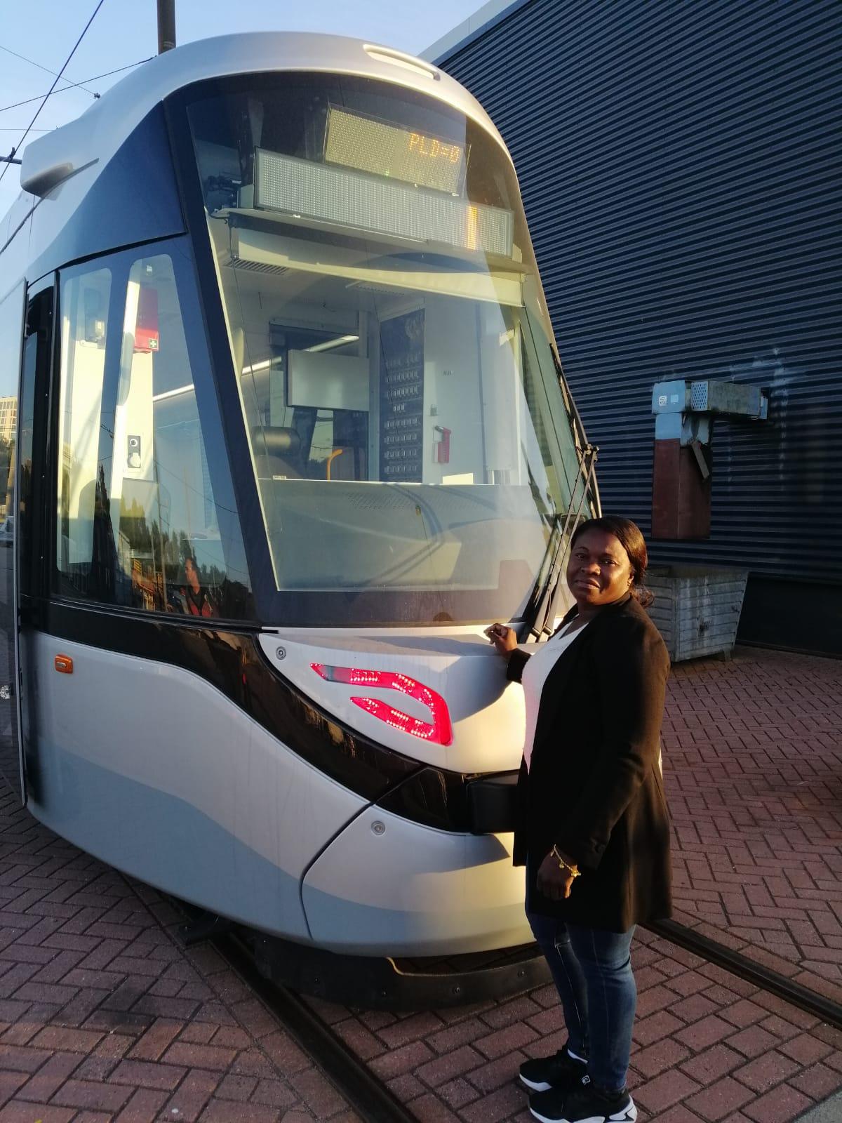 Instructeur Astrid Bijlhout bij nieuwe 15G tram