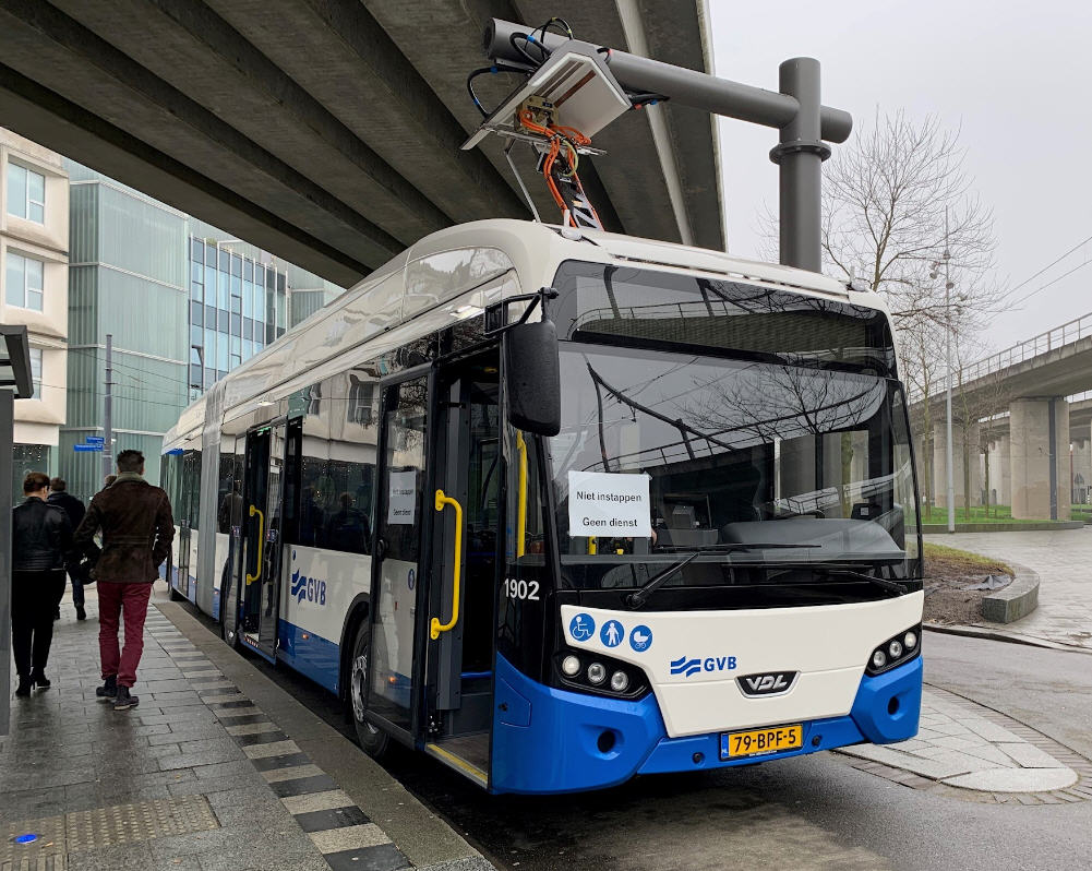De elektrische bus aan de laadpaal op Sloterdijk