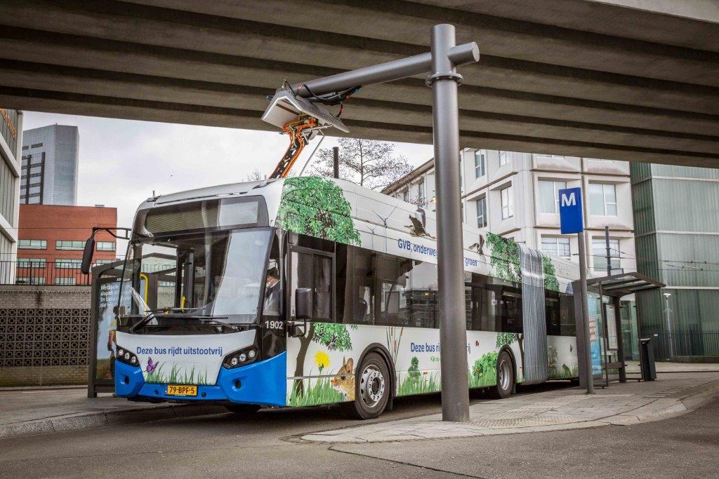 De elektrische bus aan de oplader op Sloterdijk