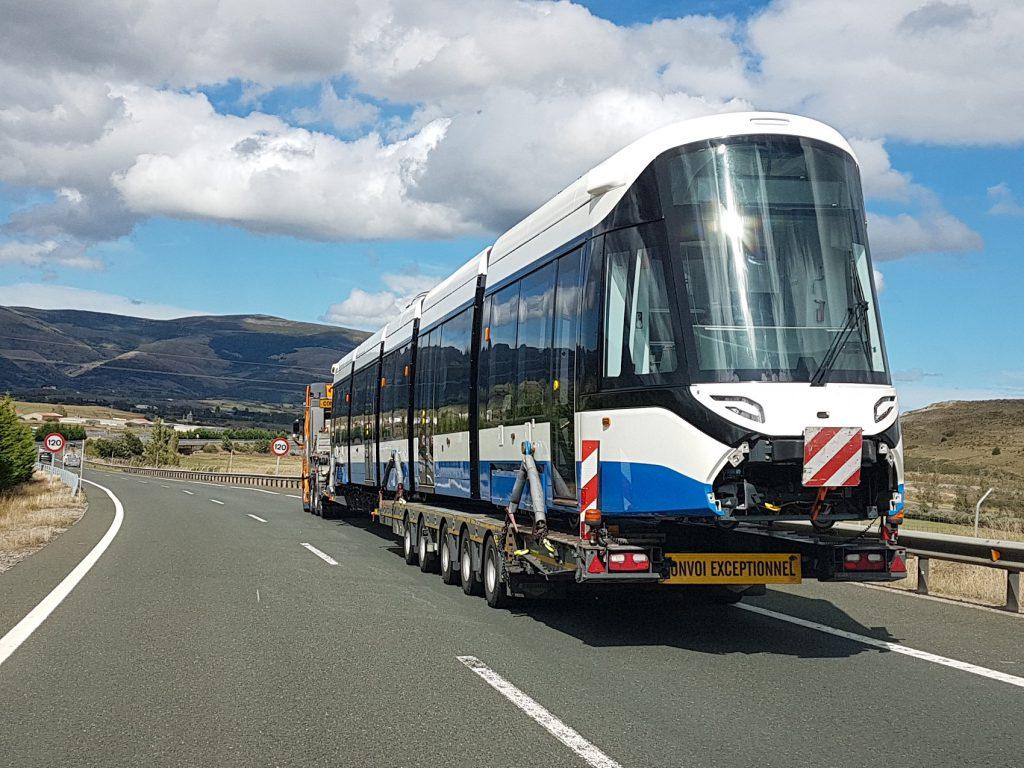 Transport nieuwe 15G tram blauw-wit