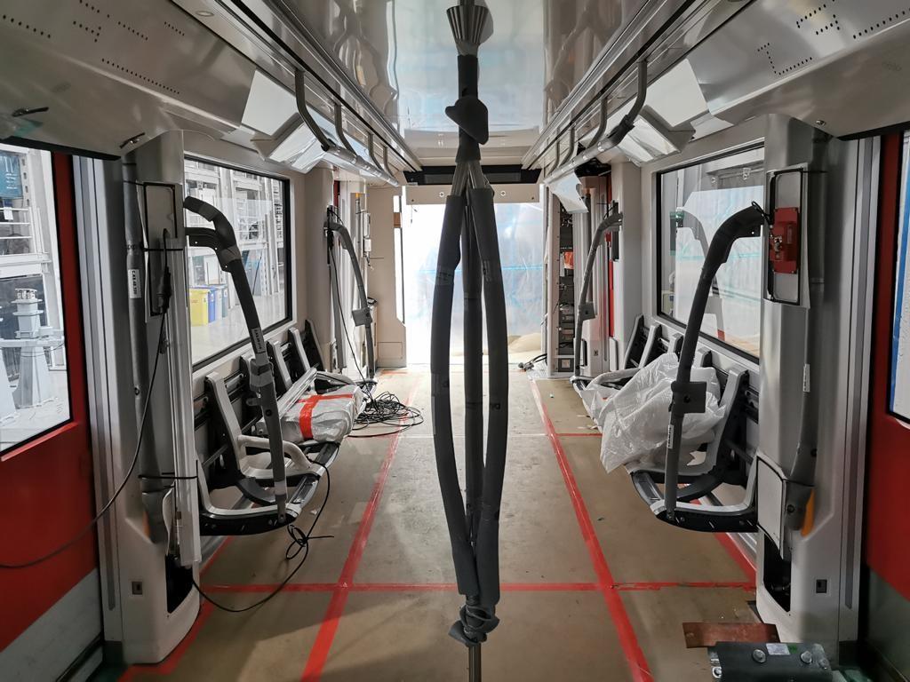 Bouw nieuwe M7 metro interieur gangpad